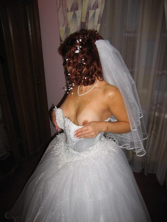 Озабоченные невесты показывают белые трусики и упругие сиськи