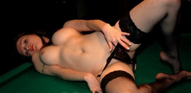 Привлекательная Ангелина в черных чулках