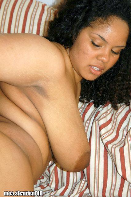 Сисястая негритянка принимает внушительный болт