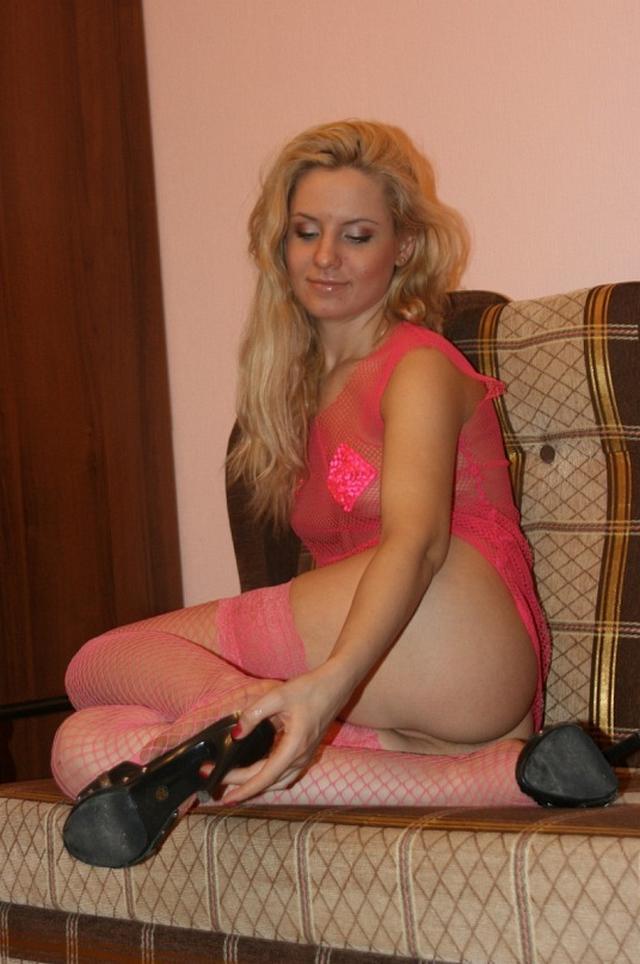 Нежная и красивая блондинка в розовом