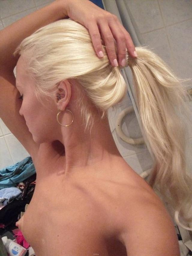 Уложил в постель стройную блондинку