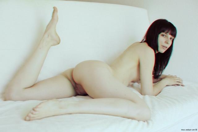 Большие половые губки красивой брюнетки