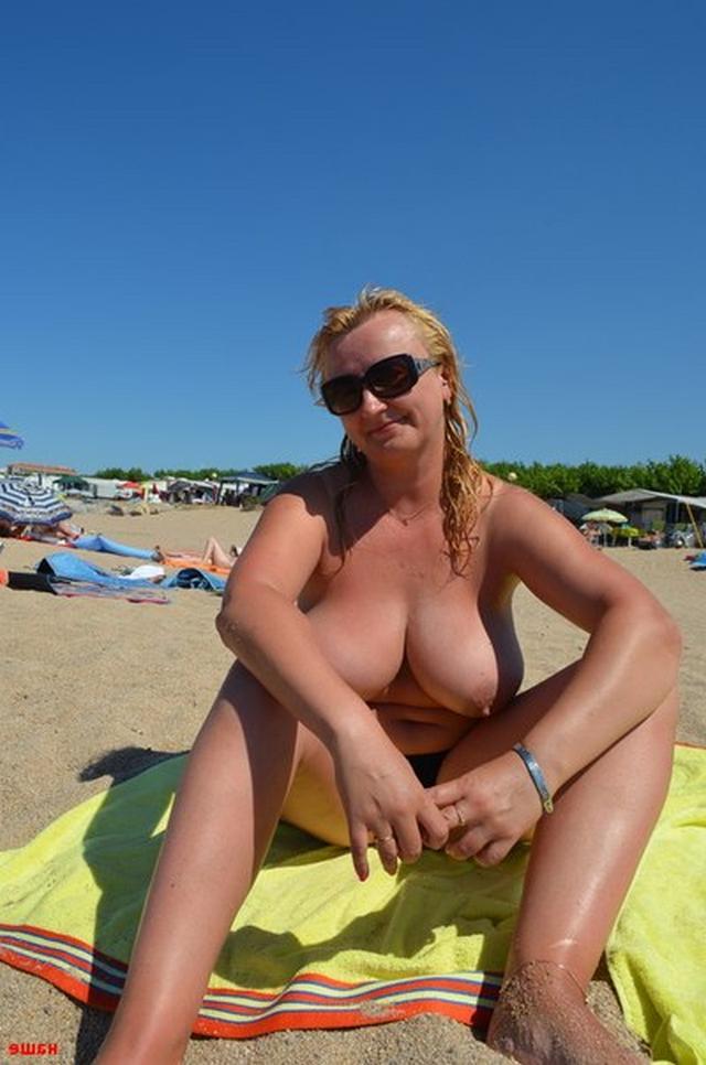 Толстая блондинка загорает голая