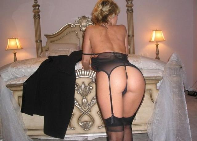 Сорокалетняя блондинка с силиконовой грудью