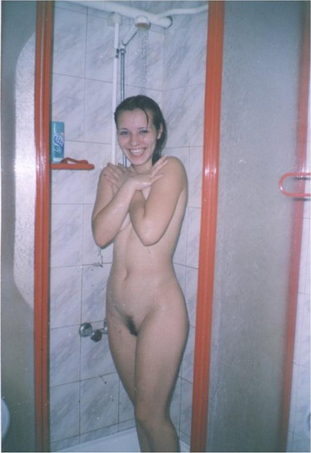 Разные телочки купаются в ванной