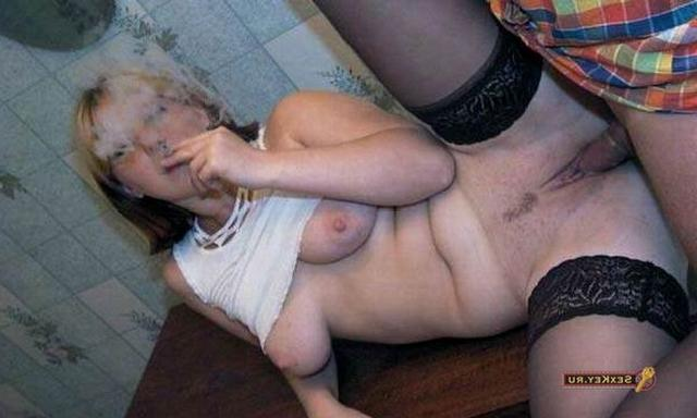 Трахает курящую блондинку на кухне