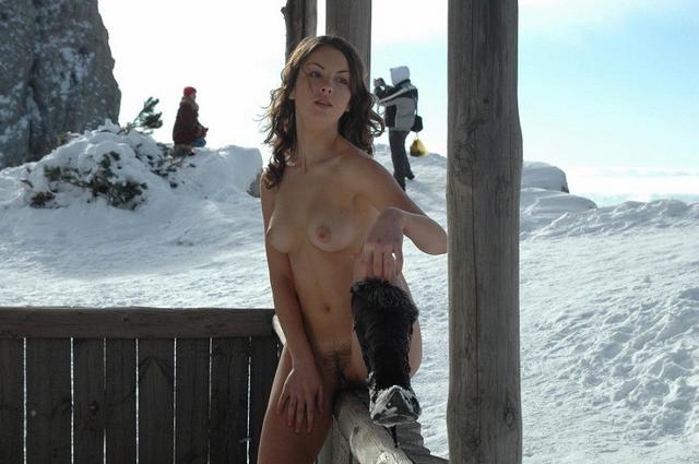 Голенькая шатенка на фоне снега