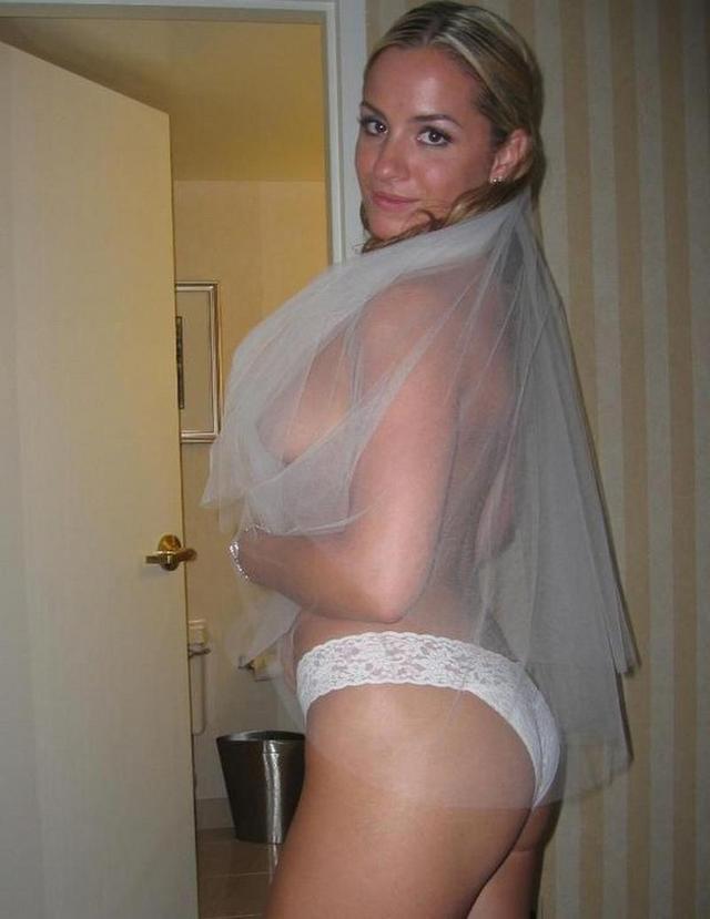 Телки показывают, что у них под юбками и платьями
