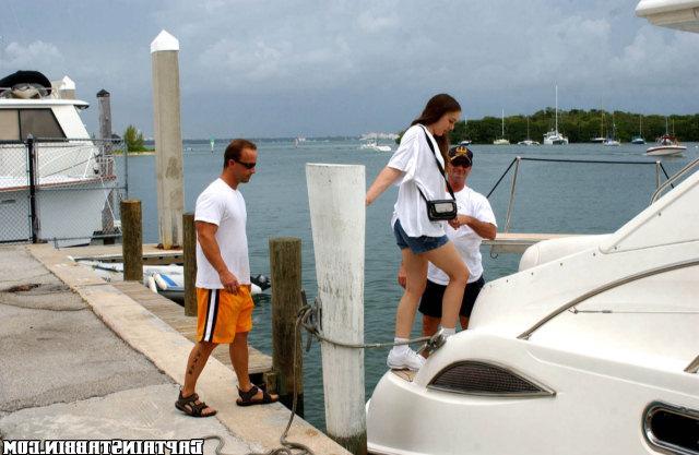 Ублажила на яхте двух морячков